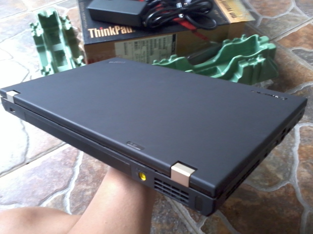 laptop-lenovo-thinkpad-t530-dualvga-nvidia-intelhd-tampak-atas-kiri-belakang